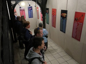 Kiállítás_néznek